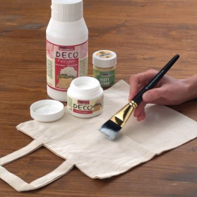 Aplicar una cantidad generosa de endurecedor DECO a la bolsa de algodón con un cepillo.
