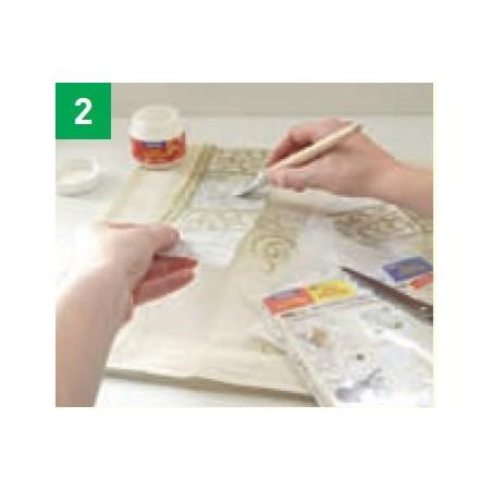 Paso 2-Colocar el diseño recortado encima de la ropa y volver a aplicar por encima la cola TEXTIL POTCH. Aplique cantidad