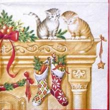 Servilleta decorada gatitos en la chimenea de navidad
